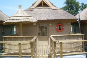 Houten huisjes op het water, ook wel de piratenhuisjes genoemd op deze camping in Slovenië.