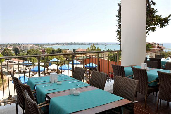 Vanaf het restaurant bij dit hotel met grote zwembaden heb je een geweldig uitzicht!