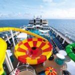 Het dek van het cruiseschip met veel glijbanen
