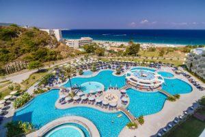 Het grote buitenzwembad bij het hotel op Rhodos in Griekenland