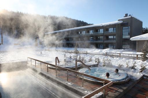 Buiten zwemmen tijdens de wintersport in Finland