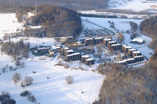 Het wintersporthotel vanuit de lucht in Duitsland met mooie zwembaden