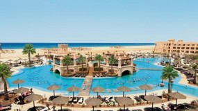 Groot zwembad rondom prachtig hotel in Kaapverdië
