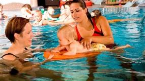 Babyzwemmen in heerlijk verwarmd zwembad in Oostenrijk