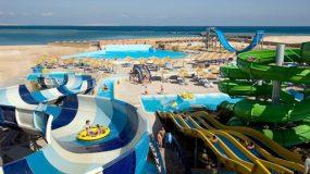 Aquapark vol met glijbanen op het strand in Egypte