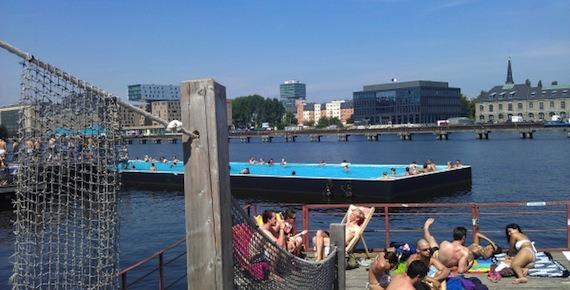 Zwemmen in een zwembad op een meer in Berlijn
