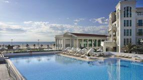Prachtig hotel aan zee in Valencia met mooie zwembaden