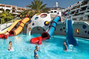 Het zwembad voor de kinderen bij de appartementen op Tenerife zijn ook erg leuk!