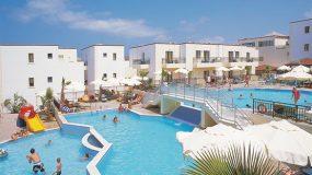 Mooie zwembaden met glijbanen bij hotel in Kreta