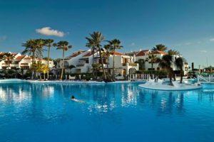 Een van de grote zwembaden bij de appartementen op Tenerife