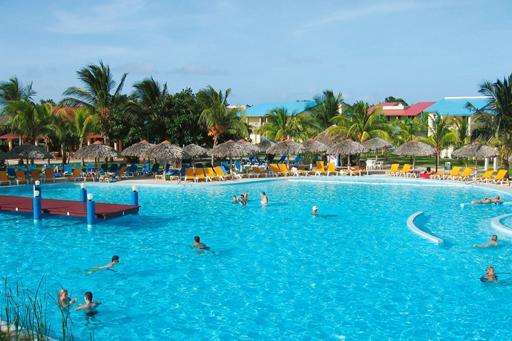 Groot zwembad aan strand op Cuba