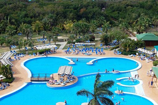 Grote zwembaden bij hotel in Cuba