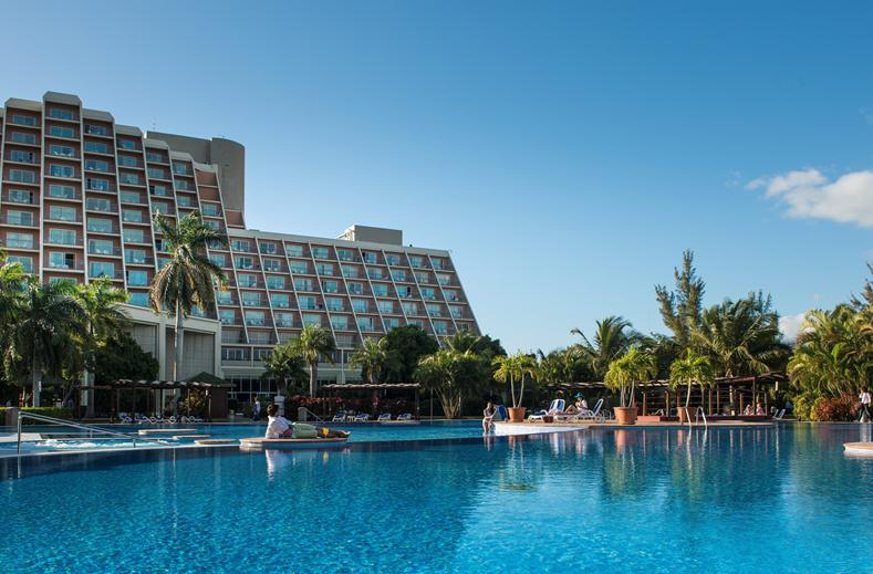 Grote zwembaden bij het hotel in Cuba