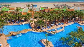Hotel met schitterend zwembad op het strand in Spanje
