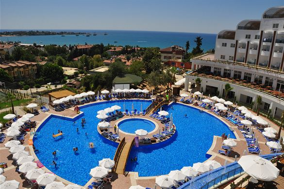 Binnen- en buitenzwembad bij hotel in Turkije