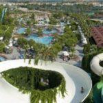 Deze glijbanen bevinden zich wel erg hoog bij het hotel in Turkije