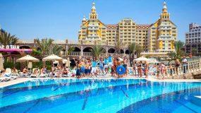 Luxe hotel met grote zwembaden en snelle glijbanen in Turkije