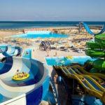 Aquapark met veel glijbanen op het strand in Egypte