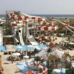 Prachtig groot aquapark aan het strand in Egypte