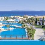 Fantastisch groot zwembad op zonnig Grieks eiland