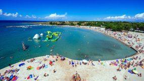 Zonnig vakantie resort aan het strand in Kroatië met 9 zwembaden