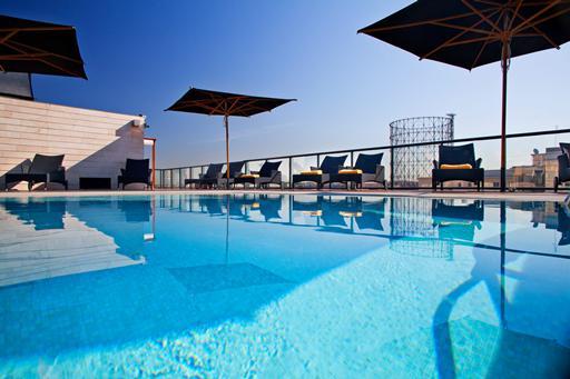 Een hotel in Rome met buitenzwembad