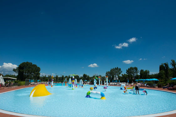 Super camping aan de zuidkant van het Gardameer met enorm zwembad
