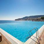 Uitkijken over de kust van Karpathos vanuit prachtige Infinity Pool
