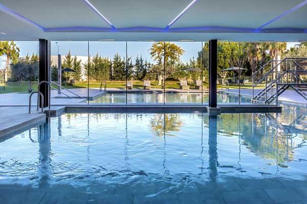 Binnenzwembad én een buitenzwembad bij dit hotel in Sevilla. En om de hoek een groot waterpark!