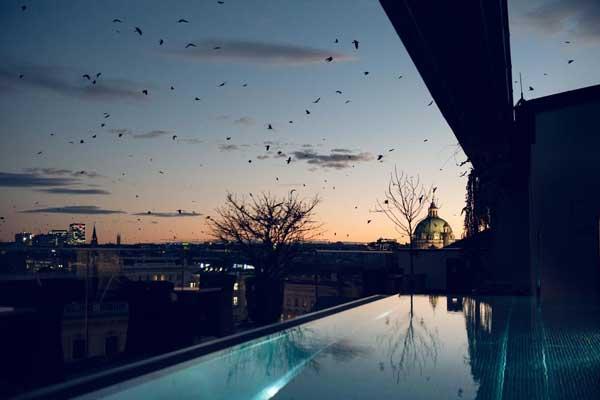 Ook 's avonds genieten van het zwembad bij dit hotel in Wenen.