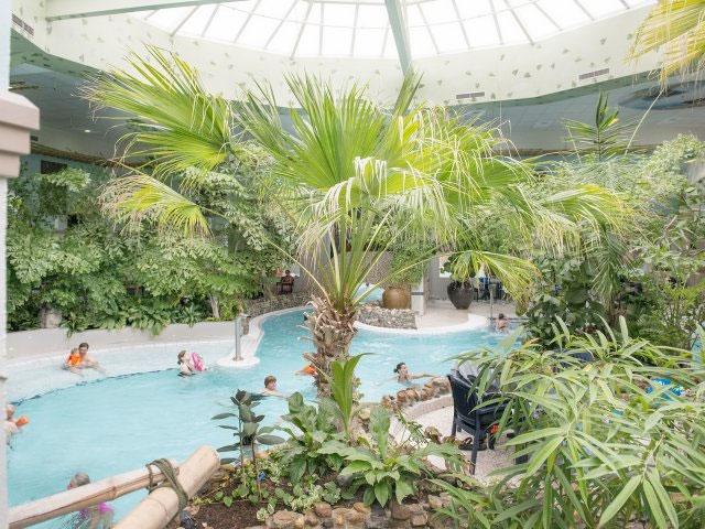 Grote aqua mundo in Zeeland. ZIe wat een zwemparadijs dit Center Parcs resort heeft!
