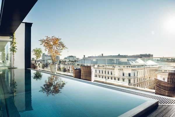 Hotel in Wenen met buitenzwembad op het dakterras. Midden in het centrum, geniet van het uitzicht!