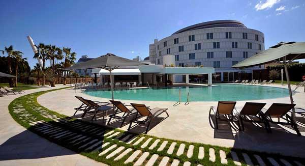 Groot aqupark op loopafstand van dit hotel in Sevilla. Ook binnen- en buitenzwembad bij hotel zelf.