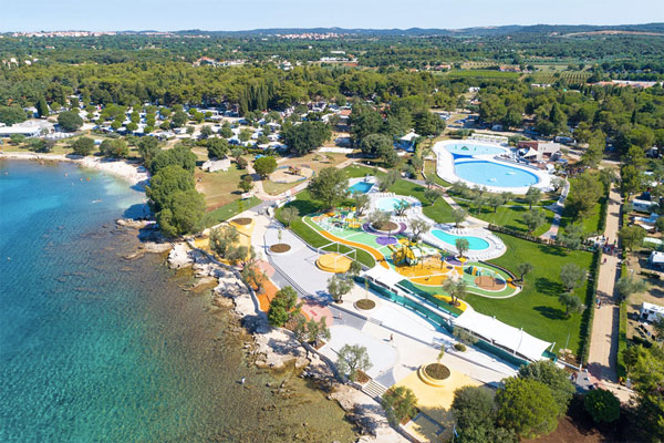 Veelzijdige camping in Kroatië met grote zwembaden aan het strand