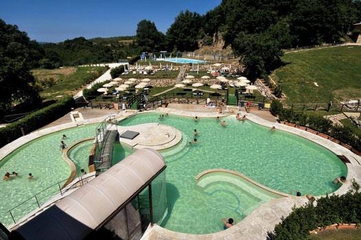Vakantiepark midden in de natuur van Toscane met thermaal zwembad