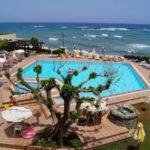 Zonnig hotel met Zwembad met uitzicht over de zee