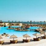 Luxe resort met enorm zwembad aan de kust van Egypte