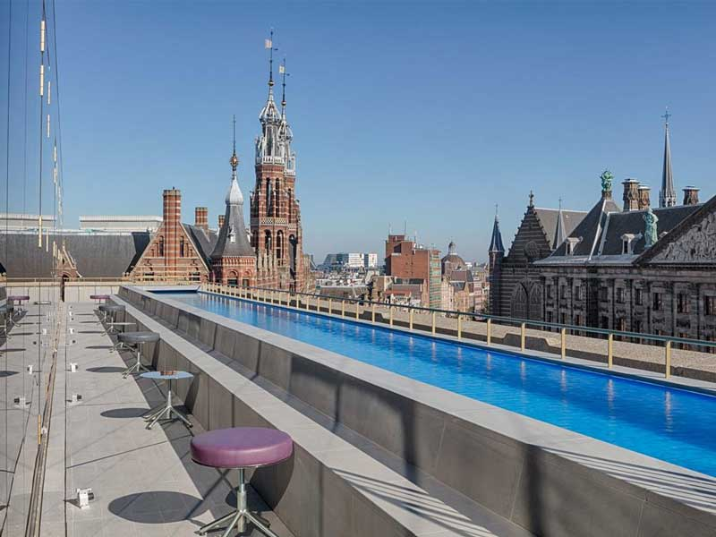 Dakterras met buitenzwembad hotel Amsterdam