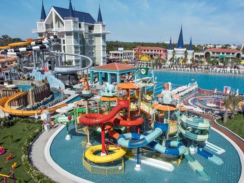 Groot aquapark met waterglijbanen in Turkije