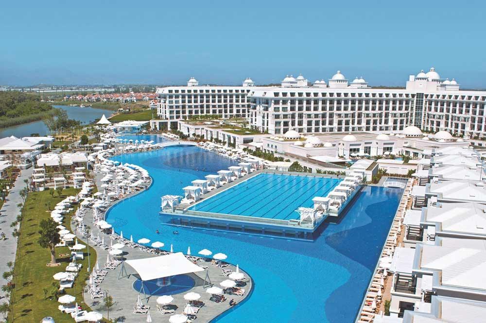 Prachtige, grote zwembaden bij het Titanic Deluxe resort in Turkije