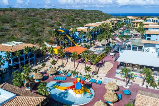 Groot zwembad op Curacao bij hotel