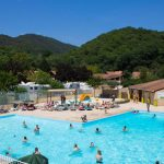 Mooie camping met groot zwembad in bosrijke omgeving