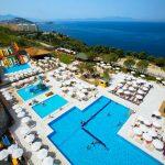 Mooie zwembaden aan zee bij goed resort in Kusadasi