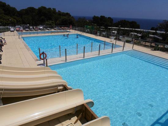 Grote zwembaden op camping aan de Costa Brava