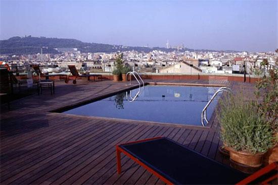 Buitenzwembad met uitzicht over de stad