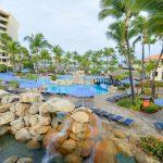 Super luxe hotel met grote zwembaden aan de zonnige Arubaanse kust