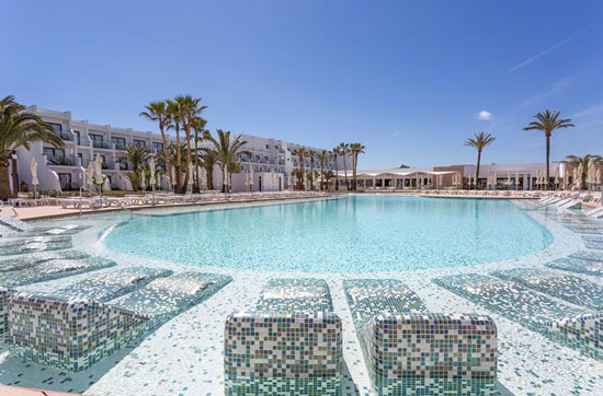 Vakantie met groot zwembad Ibiza