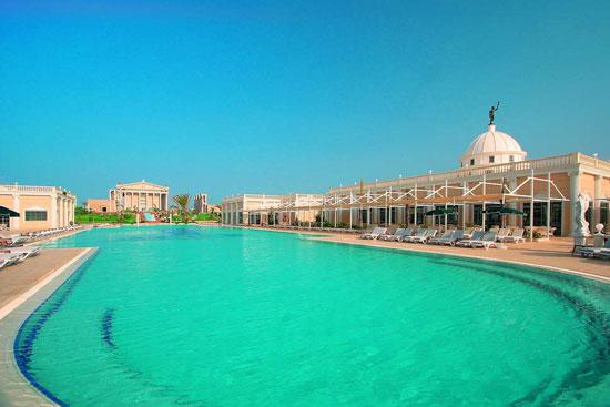 Groot zwembad op Cyprus