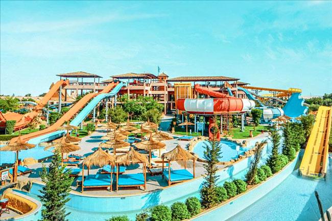Gigantisch aquapark met 11 zwembaden en 35 glijbanen
