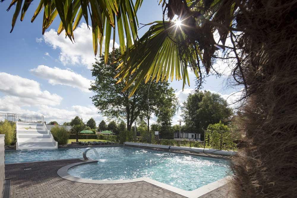 Binnen- en buitenzwembad op deze mooie camping in Overijssel.